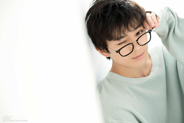 黒縁メガネをかけた新田真剣佑の壁紙